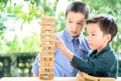 Dwa chłopiec sztuki bloku drewnianego wierza Obraz Stock