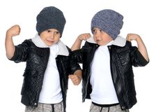 Dwa chłopiec w czarnych kapeluszach i kurtkach Obraz Royalty Free