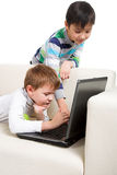 Dwa chłopiec z laptopem Zdjęcia Royalty Free