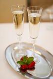 Dwa champaign truskawki na bielu i szkła zdjęcie royalty free