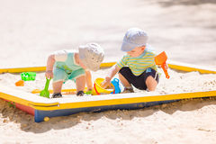 Dwa chłopiec bawić się z piaskiem Zdjęcie Stock
