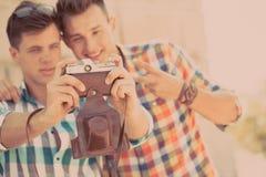 Dwa chłopiec z retro fotografii kamerą Zdjęcie Stock