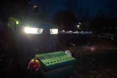 Dwa ciągnik orze ziemię póżno przy nocą z reflektorami dalej obrazy royalty free