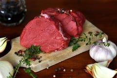 Dwa cięcia świeży surowy wołowina stek na drewnianej tnącej desce fotografia royalty free