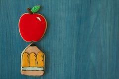 Dwa ciastka z kształtem ołówek i jabłko Obraz Stock