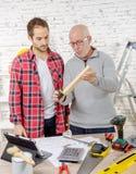 Dwa cieśli pracuje w ich biurze zdjęcia stock