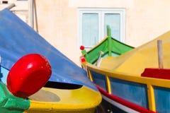 Dwa coloured łodzi przy portem Zdjęcie Royalty Free