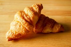 Dwa Croissants na Drewnianym Stołowym wierzchołku Obraz Royalty Free