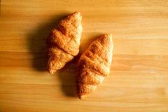 Dwa Croissants na Drewnianym Stołowym Odgórnym widoku Zdjęcie Stock