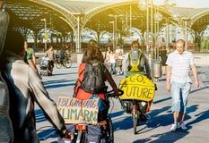 Dwa cyklistów militation przeciw globalnemu nagrzaniu zdjęcia royalty free