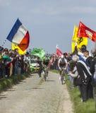 Dwa cyklisty na Cobblestoned drodze Obrazy Royalty Free