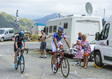 Dwa cyklisty na gór drogach - tour de france 2015 Obrazy Stock