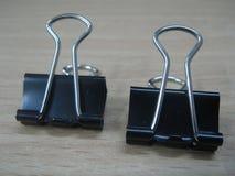 Dwa czarna papierowa klamerka Zdjęcia Royalty Free