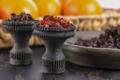 Dwa czarnego palącego ceramicznego pucharu dla nargile dymienia wypełniają z różnymi typami nargile na tle dojrzały obrazy royalty free