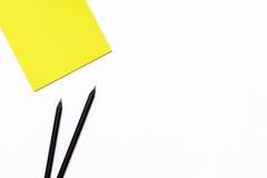 Dwa czarny ołówek i żółty Notepad na białym tle Minimalny biznesowy pojęcie pracujący miejsce w biurze zdjęcia royalty free