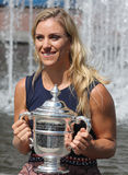 Dwa czasów wielkiego szlema mistrz Angelique Kerber pozuje z us open trofeum po jej zwycięstwa przy us open 2016 Niemcy Obraz Royalty Free