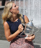 Dwa czasów wielkiego szlema mistrz Angelique Kerber pozuje z us open trofeum po jej zwycięstwa przy us open 2016 Niemcy Fotografia Stock