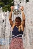 Dwa czasów wielkiego szlema mistrz Angelique Kerber pozuje z us open trofeum po jej zwycięstwa przy us open 2016 Niemcy Zdjęcie Stock