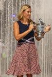 Dwa czasów wielkiego szlema mistrz Angelique Kerber pozuje z us open trofeum po jej zwycięstwa przy us open 2016 Niemcy Obrazy Royalty Free