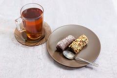 Dwa czekoladowego ciasta z różnymi kropieniami i filiżanka herbata Obraz Stock