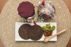 Dwa czekoladowego ciastka słuzyć z pomarańczowy marmoladowym Zdjęcia Stock