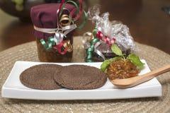 Dwa czekoladowego ciastka słuzyć z pomarańczowy marmoladowym Obrazy Royalty Free