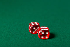 Dwa czerwień dices na grzebaka stole Obraz Stock