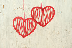 Dwa czerwień   papierowi serca na starym białym drewnie obraz stock