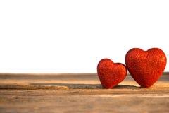 Dwa czerwieni serce dekorujący na drewnianym tle Pojęcie walentynka Zdjęcia Stock