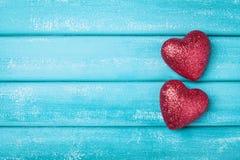 Dwa czerwieni serce na turkusowego drewnianego tła odgórnym widoku Świątobliwy walentynki kartka z pozdrowieniami Zdjęcia Royalty Free