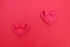 dwa czerwieni składa papier oddzielał serca na czerwieni dla wzoru i półdupków Obraz Stock
