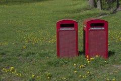 Dwa czerwonego śmieciarskiego kosza dla rozporządzalnych koszy dla rozporządzalnego grilla Obrazy Stock