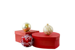Dwa czerwonego pudełka i trzy piłki Odosobniony biel Zdjęcia Royalty Free