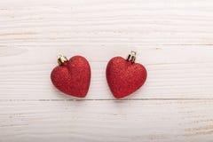 Dwa czerwonego serc bożych narodzeń prezenta na białym drewnianym tle obraz royalty free
