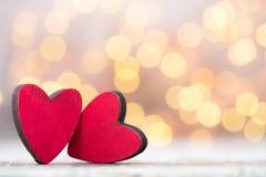 Dwa czerwonego serca drewniany tło Obraz Royalty Free
