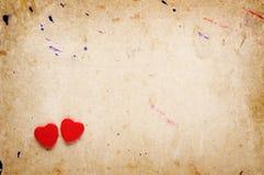 Dwa czerwonego serca na rocznika papierze zdjęcie stock