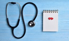Dwa Czerwonego serca z stetoskopem, pusty notepad Zdjęcie Royalty Free