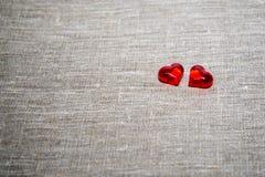 Dwa czerwonego szklanego serca na szarym tle to walentynki dni zdjęcie stock