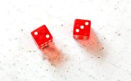 Dwa czerwonej bzdury dices pokazywać febrę Pięć Mały Phoebe liczba 2, 3 i koszt stały strzelający na białej desce obrazy stock