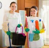 Dwa czyścicieli cleaning pokój wpólnie Fotografia Stock