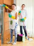 Dwa czyścicieli cleaning pokój wpólnie Fotografia Royalty Free