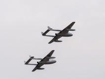 Dwa de Havilland wampira Okrąża nad Dunsfold lotniskiem obrazy royalty free