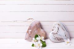 Dwa dekoracyjnego serca i jabłoni kwiatu na białym drewnianym plecy Obraz Stock