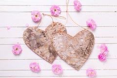 Dwa dekoracyjnego serca i jaskrawych różowych kwiaty na białym painte Obraz Royalty Free