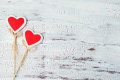 Dwa dekoracyjnego serca na drewnianym białym tle Dzień Świątobliwa walentynka miejsce tekst Zdjęcia Royalty Free
