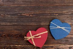 Dwa dekoracyjnego serca na drewnianym tle Zdjęcia Stock