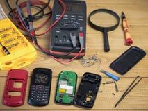 Dwa demontujący telefon komórkowy na drewnianym stole Zdjęcia Royalty Free