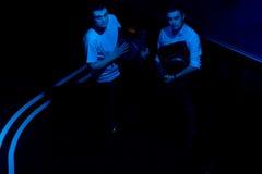 Dwa DJs przewożenia wyposażenia i turntables Zdjęcie Royalty Free