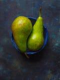 Dwa dojrzałej żółtej zieleni bonkrety w błękitnym pucharze Fotografia Royalty Free