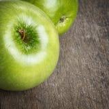 Dwa dojrzałych zielonych jabłek zamkniętego up fotografia stock